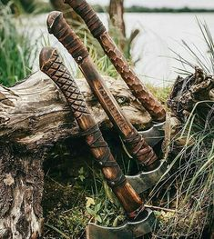 I wouldn't mind giving one of these guys a go. I'm a big fan of the carved details. 🎪🔥are you an axe lover or knife lover? Knives And Tools, Knives And Swords, Survival Knife, Survival Gear, Bushcraft, Throwing Axe, Hand Axe, Axe Handle, Tomahawk Axe