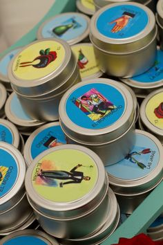 ¿Recuerditos de fiesta? Estas latitas decoradas con cartas de lotería y rellenas de dulces son una opción súper bonita