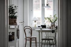 Sitt och avnjut helgfrukosten medan regnet smattrar mot fönstret. Hvitfeldtsgatan 11 A - Bjurfors