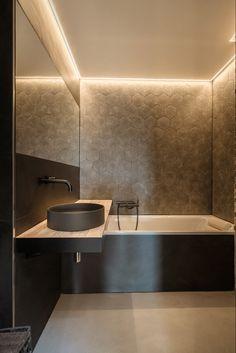 les murs sont en teinte sinaï et le sol en teinte sofia #salledebain #betoncire #beton #salledebainsmoderne #bathroomdecor #bathroom #bathroomdesignideas #bathroomremodel #bath #design #decorationinterieur #ideasdedecoracion #homedesign #homesweethome #homedecoration #cocooning #maison #revetement Marius Aurenti, Homedesign, Sink, Bath, Home Decor, Hue, Bathroom Modern, Walls, Home