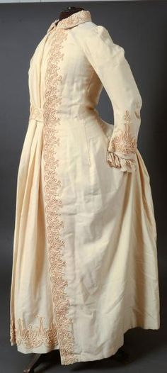 Dressin gown, ivory wool, braids embroidery, overcoat, dress with mother of pearl buttons Victorian Gown, Victorian Fashion, Vintage Fashion, Antique Clothing, Historical Clothing, Corsage, 1870s Fashion, Tea Gown, 19th Century Fashion