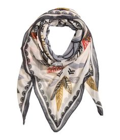 Scarf in airy woven fabric with a printed pattern. Size 51 1/4 x 51 1/4 in.