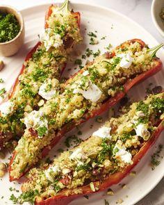 Deze puntpaprika's worden gevuld met couscous, rozijnen, courgette en zongedroogde tomaatjes. Met geitenkaas en pistachenootjes erover gestrooid, heerlijk!