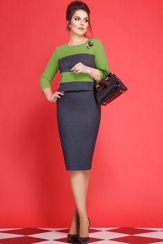Стильное платье полуприлегающего силуэта, зауженное к низу, длиной ниже колена, с отлетной деталью лифа (юбка платья соединена с лифом подкладкой), с втачным рукавом, длиной 3/4. Лиф платья из двух контрастных цветов, с горизонтальными подрезами. По спинке (по лифу) обработана складка, на которой пришиты пуговицы, в верхней части - застёжка. Юбка платья по спинке с талиевыми вытачками, со средним швом, в котором обработана шлица. Юбка платья по переду с талиевыми вытачками. Горловина окр...