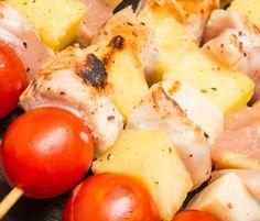 Receta 4 bloques Brochetitas de Pollo y Piña con Salsa de Mostaza y Miel/ Espárragos trigueros/ Fruta INGREDIENTES Para los Espárragos: 135 g de: Espárragos 1 cucharadita (5 mL) de: Aceite de Oliva Virgen Extra Otros: Sal gruesa. Para las Brochetitas: 120 g de: Pollo (trozos pequeños) 1/2 taza (90 g) de: Piña Natural (dados) 1 cucharadita (15 mL) de: Aceite de Oliva Virgen Extra Otros: Sal , pimienta negra, palos de brocheta, papel film, papel aluminio. Para la Salsa 1/2 cucharada (8 g) de…