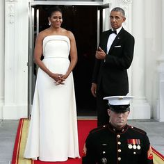 On August Michelle Obama stunning look in white at state dinner was no doubt attention grabbing. As we know that Michelle Obama is our First Lady, due to Michelle Und Barack Obama, Michelle Obama Fashion, Joe Biden, Presidente Obama, First Ladies, Robinson, Versace Gown, Melania Trump, White Gowns
