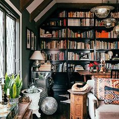 Black out - Maximalist Decorating Style - Sunset The dark bookcase shines a spotlight on its contents as a whole, adding a focal point to the room.#bibliotecas #librairies