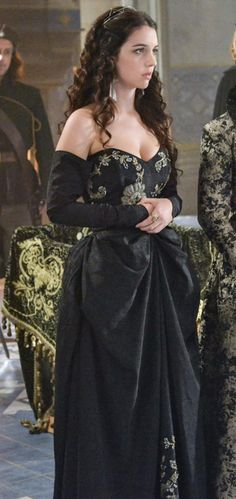 "Adelaide Kane as Queen Mary on ""Reign"" Reign Mary, Mary Queen Of Scots, Queen Mary, Reign Fashion, Fashion Tv, Fashion Show, Reign Dresses, Old Dresses, Mary Stuart"