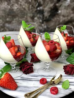 Panna Cotta de baunilha com framboesas e morangos zofias_kok Fabuloussweeteats - Köstlichkeiten - Vanilla Panna Cotta, Raspberry Panna Cotta, Delicious Desserts, Dessert Recipes, Fruit Dessert, Good Food, Yummy Food, Food Design, Creative Food