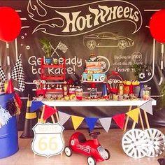 Adorei essa decoração para festa Hot Wheels, mais uma opção super bacana para festa de menino! Por @frescurinhascriativas  #kikidsparty