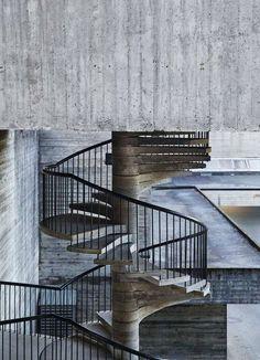 Grå eleganse. En industriell trapp i betong à la Geir Grung.
