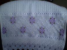Marca; karsten,100% algodão  Medida:33x50  Cor branca(canelada)  Trabalho:Ponto reto  Obordado pode ser feito na cor que o cliente desejar.  Cores de toalhas. branca e creme. R$ 42,00