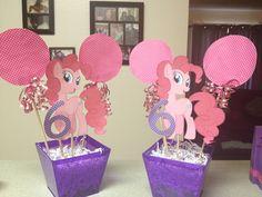 My little pony birthday centerpiece Rainbow Dash Birthday, Rainbow Unicorn Party, My Little Pony Birthday Party, 6th Birthday Parties, Birthday Ideas, Little Pony Cake, Sparkle Party, Little Poney, Birthday Numbers