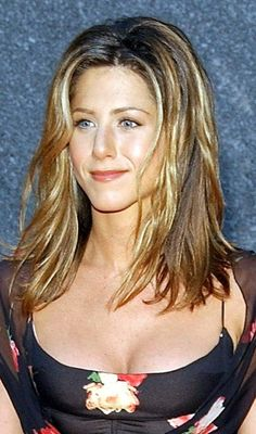 Here is a peek into the sexy mild blowing yet simple hairstyles of Jennifer Aniston which we have loved over the years Jennifer Aniston Style, Jennifer Aniston Pictures, Jennifer Lopez, Rachel Green, Step By Step Hairstyles, Easy Hairstyles, Jeniffer Aniston, John Aniston, Afro