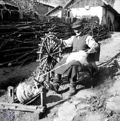 Smart use of a stick for spinning Spinning Wool, Hand Spinning, Spinning Wheels, Old Pictures, Old Photos, Drop Spindle, Loom Weaving, Textile Artists, Vintage Textiles