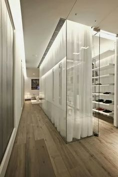 #parquet en #Pasillos #locales #comerciales www.decorgreen.es Ideas de decoración: paredes de vidreo http://www.meucantoblog.com/