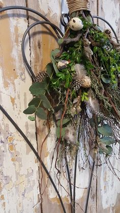 Grapevine Wreath, Plant Hanger, Spring, Grape Vines, Flower Art, Flower Arrangements, Diy And Crafts, Christmas Wreaths, Centerpieces