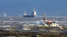 "Das Lotsenversetzboot ""Kapitän Jürs"" kämpft sich bei starkem Sturm durch die Elbe  © dpa - Bildfunk Fotograf: Christian Charisius"