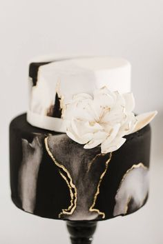 Black and gold marble cake | Photo: @sarahlibbyphotography | Planner: Back Meado... Black And Gold Cake, White And Gold Wedding Cake, Black And Gold Marble, Black Wedding Cakes, Black And Gold Birthday Cake, Cake Inspiration, Black Dessert, Geometric Cake, Fab Cakes