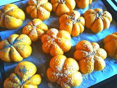Divertenti zucchette di pane a cui accompagnare ogni tipo di pietanza. Nutrienti, salutari ma anche artistiche dato il loro bel color zucca