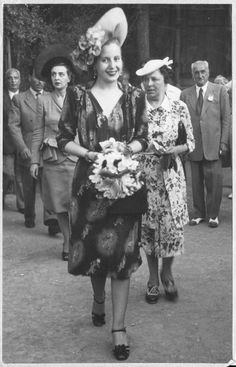 """Evita Peron fa il suo ingresso al Concorso Ippico Internazionale di Rapallo. La città fu una delle tappe del lungo viaggio in Europa, noto come """"Giro dell'Arcobaleno"""", che Evita effettuò nell'estate del 1947. Evita Peron in Rapallo, during the Rainbow Tour of Europe. (Photo: 1947, Franco Solari) #EvitaPeron #Rainbowtour #Rapallo"""