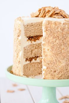 cinnamon toast crunch Your favorite cereal in cake form! Cinnamon cake, cream cheese frosting, and Cinnamon Toast Crunch crumble. Food Cakes, Cupcake Cakes, Cupcakes, Cinnamon Toast Crunch, Cinnamon Cake, Frosting Recipes, Cake Recipes, Dessert Recipes, Milk Recipes