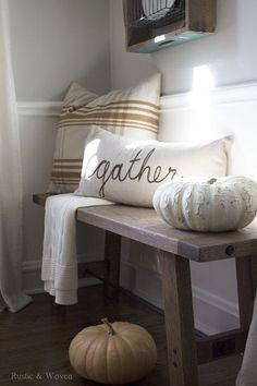 Such a cozy place! Inspiring DIY Rustic Fall Decor Ideas The Crafting Nook by Titicrafty Dining Room Bench, Entry Bench, Room Chairs, Bench Decor, Wall Decor, Rustic Fall Decor, Rustic Theme, Easy Home Decor, Home Decor Accessories