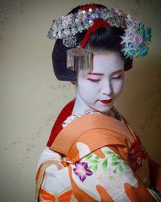 Gion Matsuri 2017: maiko Kimisayo with special kanzashi in her hair by e__m____ on Instagram ༼ つ ◕◡◕ ༽つ Geisha-kai on P a t r e o n || Instagram
