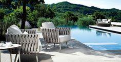 Una serie di imbottiti e poltroncine per rilassarsi all'aperto durante le giornate di soleTribù