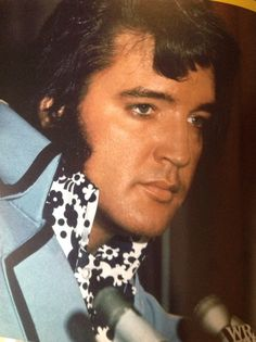 Elvis at Madison Square Garden Press Conference in New York. This is the first time Elvis had appeared at such a concert in New York. Rock And Roll, Beautiful Family, Most Beautiful Man, Burning Love, Elvis Presley Photos, Costume, Graceland, One And Only, Belle Photo