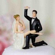 Figurine le marié tient la jarretière