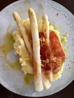 Das geht schnell und schmeckt himmlisch zitronig: Gegrillter Spargel und ein Kartoffelpüree mit Saft und Abrieb einer Amalfi-Zitrone. Dazu knusprig gebratener Parmaschinken. #tgif