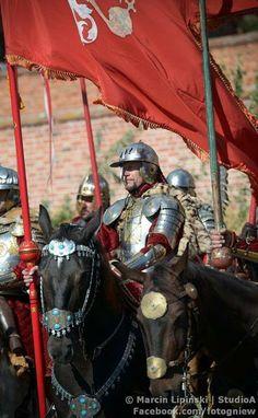 """Husaria Przed Pałac  """"Żołnierze nasi do tego stopnia żądni są sławy i nie dbają o życie, iż nie przeraża ich ani sztuka, ani potęga wojenna innych narodów. Stąd też w ogóle gardzimy śmiercią na wojnie, gdyż przez nią możemy stać się nieśmiertelni."""" twierdził Szymon Starowolski w 1631 roku."""