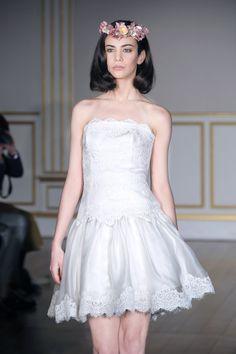 Robe NOAH - Bustier en guipure et jupe en organza de soie, réincrusté.  Dress NOAH - Bustier made in french guipure and silk organza skirt, incrusted with guipure.