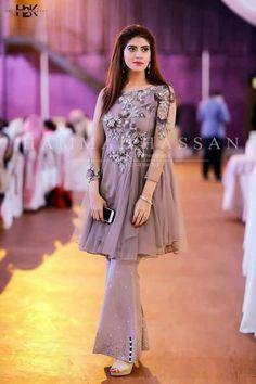 Sir es ki price kia h? Pakistani Party Wear Dresses, Shadi Dresses, Designer Party Wear Dresses, Pakistani Wedding Outfits, Indian Gowns Dresses, Party Wear Lehenga, Pakistani Dress Design, Indian Outfits, Walima Dress