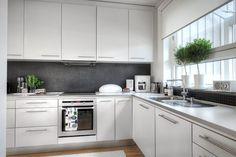 A simple black & white kitchen. Modern Kitchen Island, Cute Kitchen, New Kitchen, Kitchen Dining, Kitchen Decor, Kitchen Cabinets, Scandinavian Kitchen, Kitchen Handles, Kitchen Interior