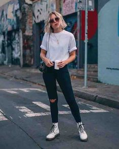 One method you can instantly look modern-day is to include present trends in your OOTDs. But be mindful with trends and certainly do not wear trendy pieces head-to-toe. Attempt pairing some torn denims with a simple t-shirt for starters. Mode Outfits, Jean Outfits, Casual Outfits, Fashion Outfits, School Outfits, Ladies Outfits, Casual Boots, Look Fashion, Fashion Models