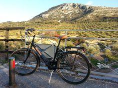 Beim Kurztrip nach #Andalusien zwecks Verhandlungen mit dem Hersteller unserer #Zementfliesen einen kleinen Abstecher auf die Vía Verde de la #Subbética gemacht - eine alte Bahntrasse, die zum Fahrrad- und Spazierweg umgestaltet wurde. Olivenbäume, wohin man schaut... Am Meer, Bicycle, Vehicles, Cordoba, Walking Paths, Andalusia, Vacation Places, Bike, Bicycle Kick