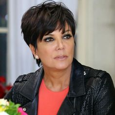 Unknown facts about kris jenner and bruce jenner, kris jenner's sister and children. What Kris Jenner is afraid of etc. Short Hair Styles For Round Faces, Hairstyles For Round Faces, Curly Hair Styles, Cool Hairstyles, Pelo Pixie, Pelo Bob, Short Red Hair, Short Hair Cuts, Khloe Kardashian