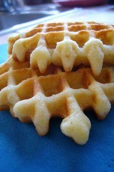 C'est un petit luxe assez sucrée qui se mange nature lorsqu'elle est tiède et c'est un pur délice. Elle est faite sur la base d'un quatre quarts. - Recette Goûter : Gaufres recette quatre quarts par Nanoud Biscotti Biscuits, Belgian Food, Desserts With Biscuits, Waffle Bar, Thermomix Desserts, Biscuit Cake, Sweets Cake, Pancakes And Waffles, Waffle Recipes