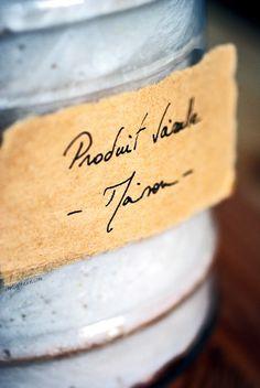 Ingrédients   1 savon de Marseille / Alep (sans huile de palme) – 100 g.* entre 0.8 et 1 L. d'eau 2 càc de bicarbonate de soude (ou sodium, de son nom chimique) 2 CàS de vinaigre blanc 2 CàS de cristaux de soude - à ne pas confondre avec la soude caustique !!! (ou, à défaut, de produit vaisselle biologique)** une vingtaine de gouttes d'huiles essentielles, au choix : teatree, citron, eucalyptus, thym, orange…