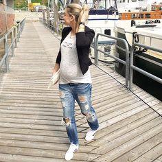 Pin for Later: 38 super schicke und stylische Schwangerschaftsoutfits von Bloggern Boyfriend-Jeans, ein T-shirt und ein Blazer