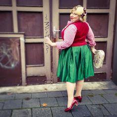 Oktoberfest Craze: Dirndl-Time   Miss Kittenheel heimatliebe vintage plussize pinupstyle lindybop sheego trachten trachtenmieder mieder corsage gingham taft taffetta tapestry gobelin fascinator