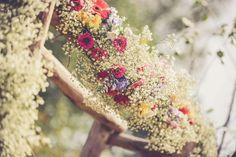 Ceremonie prieel in de boomgaard van kasteel Tongelaar Mill. Bloemstuk: Berends Bloemsierkunst. Foto: mooi&mooi fotografie