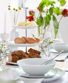 Frühlingsbrunch: Freunde oder Familie zum Brunchen einladen ist immer eine schöne Idee. Timeless Elegance, Beautiful Homes, House Styles, Garden, Tall Dining Table, Friends, Homes, Eten, Recipes