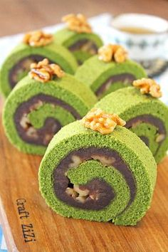 Pin by Tamanna Sanjida on Tastemade in 2020 Green Tea Dessert, Matcha Dessert, Matcha Cake, Tea Cakes, Cupcake Cakes, Swiss Roll Cakes, Cake Roll Recipes, Sushi Recipes, Green Tea Recipes
