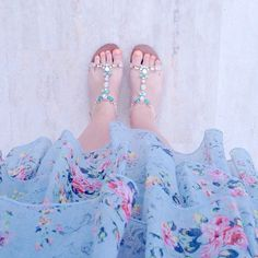 """Lucy Ledger az Instagramon: """"Pastel floral ruffled dress, pastel jewelled sandals and neon coral toesies for sunset cocktails and dinner tonight 💕🍸🌴☀️ xx"""""""