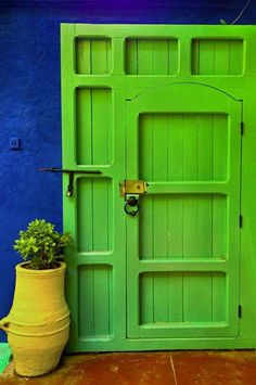 Front Door Paint Colors - Want a quick makeover? Paint your front door a different color. Here a pretty front door color ideas to improve your home's curb appeal and add more style! Cool Doors, Unique Doors, The Doors, Entrance Doors, Doorway, Windows And Doors, House Entrance, Front Doors, Knobs And Knockers