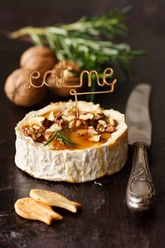 Queso Camembert al horno con miel, nueces y romero //Grilled Camembert Cheese with honey, walnuts and rosemary Baked Brie Honey, Baking With Honey, Appetisers, Appetizer Recipes, Party Appetizers, Bre Cheese Recipes, Rice Recipes, Baked Brie Recipes, Dishes Recipes