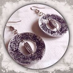 runde Ohrringe aus Metall in silber und schwarz mit Perlen u. Prägung --- round metal earrings in silver and black with pearls u. imprinting --- Handmade
